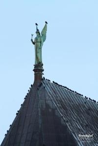 Ängeln Gabriel och ett par fåglar har god utsikt över Uppsala